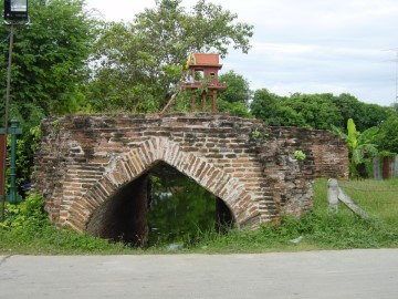 An arched gate with as function to control the flow and water level between the city moat and the Lopburi River in Lopburi