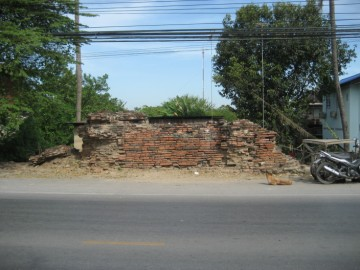 Remains of the wall on U-Thong Rd, opposite Wat Thammikarat